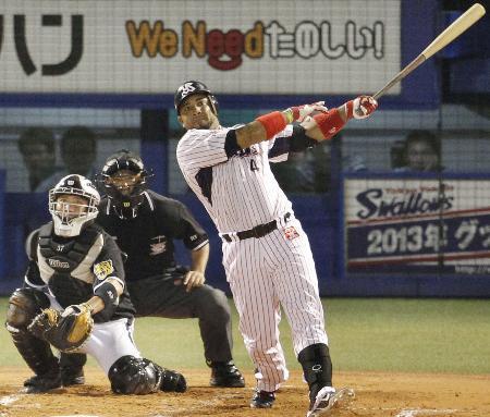 阪神戦の1回、左中間にプロ野球新記録の56号本塁打を放つヤクルトのバレンティン=神宮