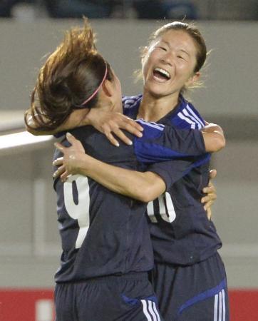 日本―ナイジェリア 後半、ゴールを決めた川澄(左)と笑顔で抱き合う澤=長崎