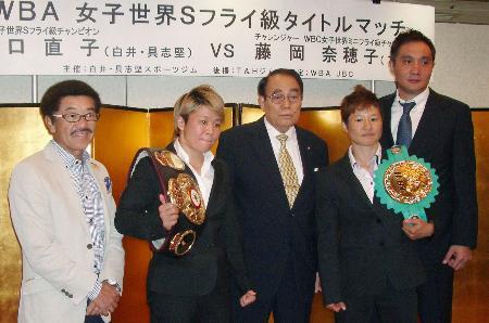 9月の記者会見でポーズをとる山口(左から2人目)と藤岡(右から2人目)