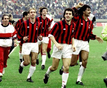 サッカートヨタカップで2年連続世界一となったACミランのイレブン。右端がフリット=国立競技場(1990年12月)