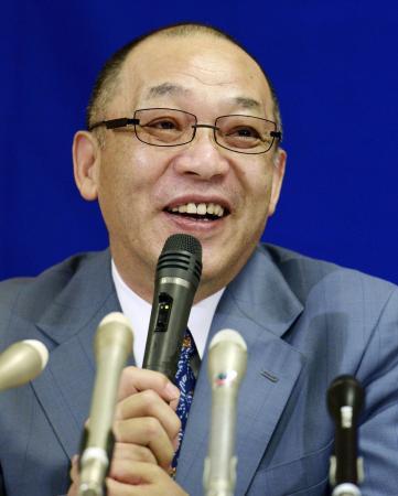 就任の記者会見で、笑顔を見せる中日の落合博満GM=11日、名古屋市中区