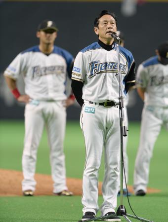 本拠地のファンにふがいない1年を苦渋に満ちた表情で詫びる栗山監督(2013年10月6日、共同)