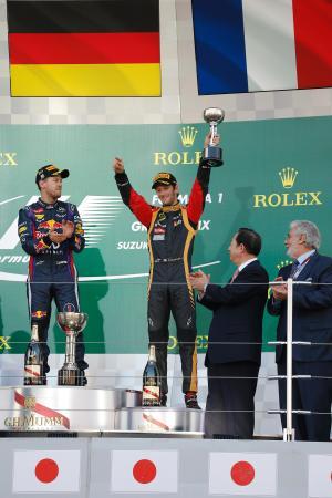 日本GPの表彰台で声援に応えるグロージャン、左はフェテル Renault Sport