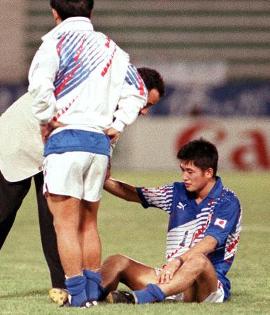 1993年10月、W杯出場を逃し、座り込む三浦知良=ドーハのアルアハリ競技場(共同)