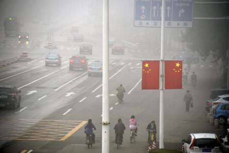 深刻な大気汚染で白くかすむ天津市街地。東アジア大会の期間中、ほとんど青空を見ることができなかった(2013年10月6日、共同)
