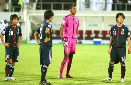 スウェーデンに敗れ、肩を落とすGK白岡(左から3人目)ら日本イレブン=シャルジャ(ゲッティ=共同)