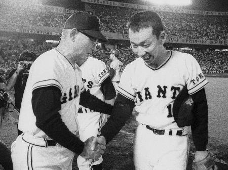 1972年8月、20勝を挙げた堀内恒夫投手(右)を祝福する巨人の川上哲治監督=後楽園球場