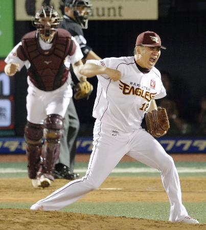 田中の派手なガッツポーズと雄たけびは日本ではすっかりおなじみだが…(2013年9月6日、開幕20連勝をマークした日本ハム戦で、共同)