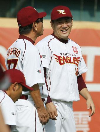 アジアシリーズの前日練習で星野監督(左)と談笑する楽天・田中=台中(共同)
