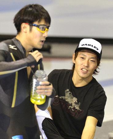 ソルトレークシティーで調整の合間に言葉を交わす日本の両エース、長島圭一郎(右)と加藤条冶(2013年11月15日、共同)