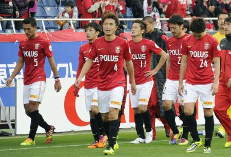 川崎に敗れ、肩を落として引き揚げる浦和イレブン=11月23日、埼玉スタジアム