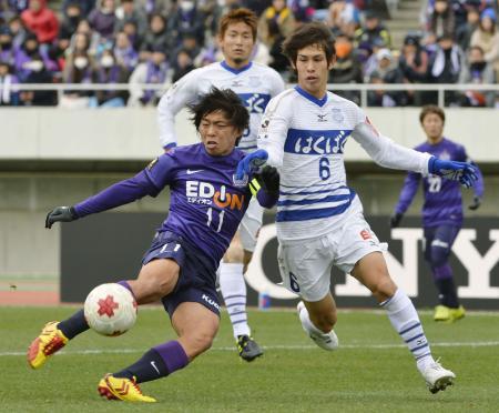 天皇杯準々決勝で先制ゴールを決める広島の佐藤寿人=Eスタ