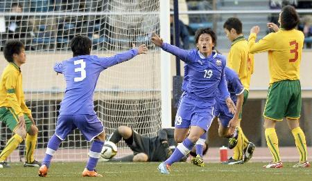 生まれ変わる国立競技場での最後の高校サッカー決勝は史上初の北陸対決となり、延長後半終了間際に富山第一の村井(19)が決勝ゴールを決めた(2014年1月13日、共同)
