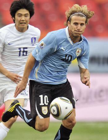 2010年、ワールドカップ(W杯)南アフリカ大会の韓国戦で、攻め込むウルグアイのフォルラン=ポートエリザベス(共同)