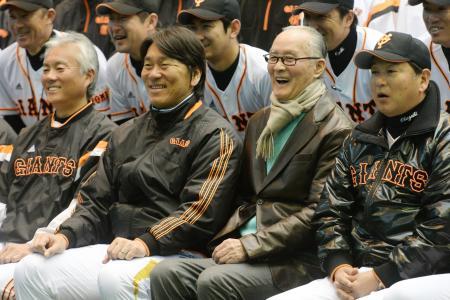 2軍を視察に訪れ、記念写真に納まる巨人の臨時コーチ、松井秀喜氏(左から2人目)