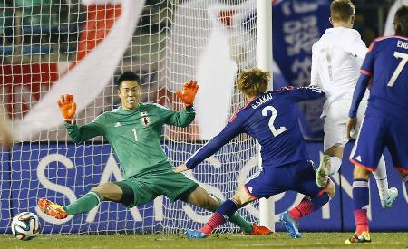 日本―ニュージーランドで懸命に守る、日本代表GK川島永嗣=国立競技場