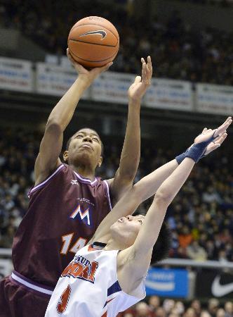 全国高校選抜バスケットボール男子決勝の福岡大大濠戦の第2クオーター、シュートを放つ明成のエース八村(左)(2013年12月29日、共同)