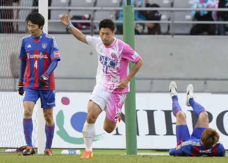 後半、ゴールを決めた鳥栖・豊田。左はFC東京・高橋=味スタ、2014年4月6日