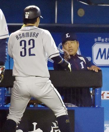 ロッテ戦の9回、 2点本塁打を放った主砲浅村(左)を迎える伊原監督(2014年4月1日、共同)