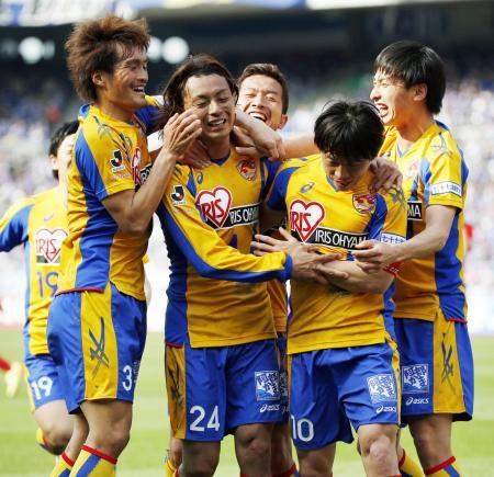 赤嶺の先制ゴールを喜ぶ仙台イレブン=4月12日、日産スタジアム