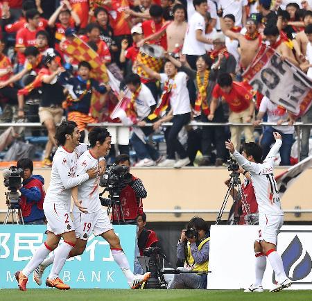 FC東京―名古屋 後半、先制ゴールを決め、喜ぶ名古屋・矢野(左から2人目)=国立競技場