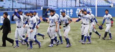 東京六大学野球でワースト記録に並ぶ70連敗を喫し、引き揚げる東大ナイン=20日午後、神宮球場