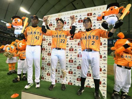 DeNAに圧勝しファンの声援に応える(左から)満塁本塁打の巨人・アンダーソン、プロ初本塁打の小林、勝ち越し打の井端(2014年5月7日、共同)