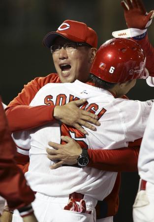 サヨナラ本塁打を放った梵を抱き締める広島・野村監督=どらドラパーク米子