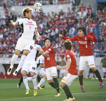 浦和―C大阪 前半、ゴール前に飛び込むセレッソ大阪の柿谷(左上)=埼玉スタジアム