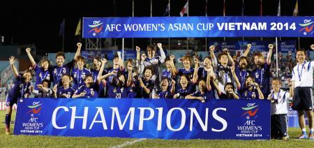 サッカー女子アジア・カップで初優勝を果たし、喜ぶ日本イレブン=5月25日夜、ホーチミン(共同)
