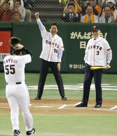 国民栄誉賞授与式後の始球式で、ストライクをコールする球審の安倍首相=2013年5月5日、東京ドーム