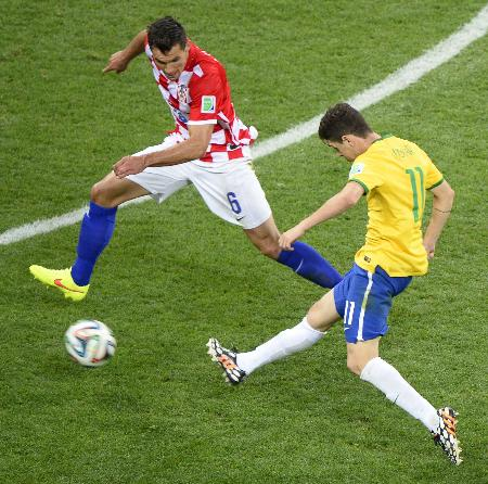 ブラジル―クロアチア 後半、3点目のゴールを決めるブラジルのオスカル(右)=サンパウロ(共同)