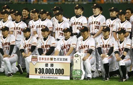 交流戦で2年ぶり2度目の優勝を果たし、記念写真に納まる原監督(前列左から3人目)と巨人ナイン=22日、東京ドーム