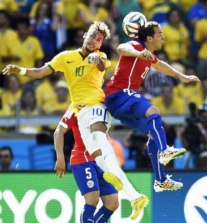 ブラジル―チリ前半、チリのディアス(右)と空中で競り合うブラジルのネイマール=ベロオリゾンテ(共同)