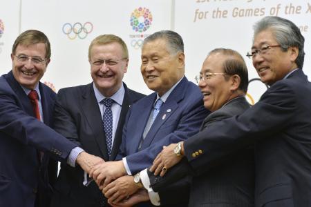 2020年東京五輪・パラリンピックの準備状況を監督するIOC調整委員会と大会組織委員会の第1回会議を終え、笑顔で記念撮影に収まった両者首脳たち。コーツ調整委員長(左から2人目)、東京大会組織委の森喜朗会長(同3人目)、JOCの竹田恒和会長(右端)ら(2014年6月27日、共同)