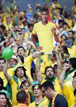 ネイマールの写真を掲げて声援を送るブラジルサポーター=ベロオリゾンテ(共同)