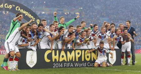 サッカーワールドカップ決勝でアルゼンチンを延長の末に下し、優勝を喜ぶドイツイレブン=7月13日、リオデジャネイロ(共同)