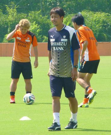 J1清水のトップチームで選手を指導する大榎克己新監督=7月30日、静岡市