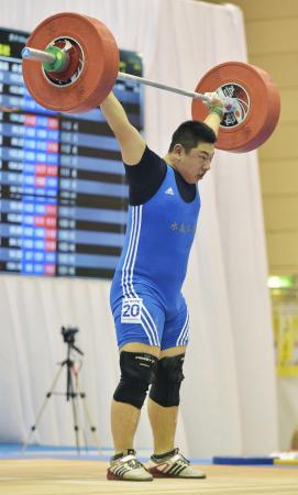 重量挙げ105キロ級を制した丸本大翔。ソフトテニスから転向して1年半足らずで高校チャンピオンになった。たゆまぬ心身の鍛錬と自己記録への挑戦が成長の原動力になっている。(2014年8月5日、共同)