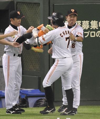 先頭打者本塁打を放った長野(7)を迎える巨人・原監督(右)=東京ドーム