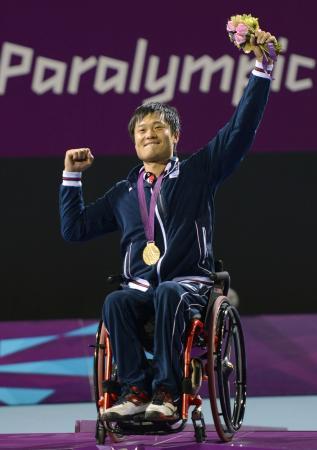 ロンドン・パラリンピックの車いすテニス・男子シングルスで2連覇を達成し、金メダルを胸にガッツポーズする国枝慎吾選手(2012年9月8日、共同)