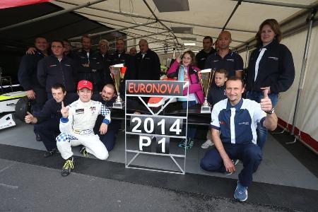 オートGPの年間王者を獲得し、チーム関係者と喜ぶ佐藤公哉(前列左)=Euronova Racing