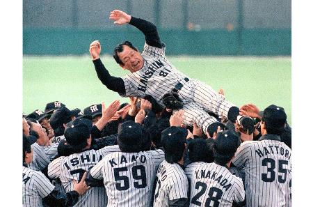 1985年、西武との日本シリーズに勝ち、初の日本一となって胴上げされる阪神・吉田義男監督