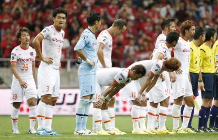 浦和に敗れ、肩を落とす大宮イレブン=埼玉スタジアム