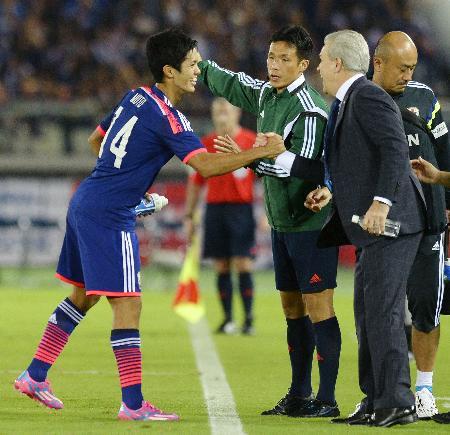 日本―ベネズエラ 後半、先制ゴールを決めアギーレ監督(右)と握手する武藤=日産スタジアム