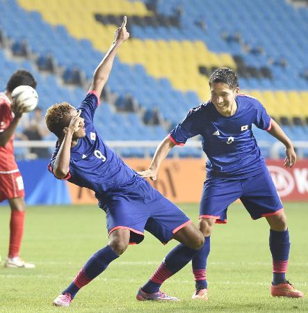日本―クウェート 後半、2点目のゴールを奪い、ポーズを決める鈴木武蔵。右は原川力=仁川(共同)