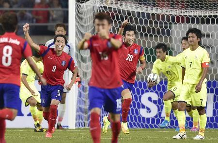 日本―韓国 後半、PKを決め喜ぶ張賢秀(20)ら韓国イレブン。右端は肩を落とす大島=仁川(共同)