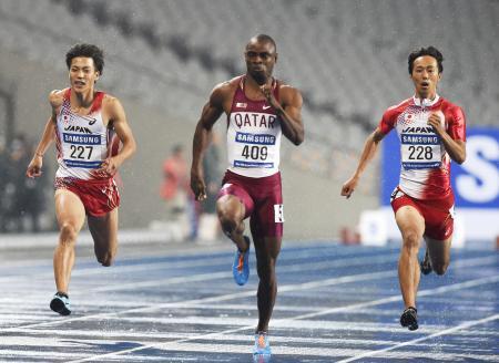 アジア新の9秒93で男子100メートルを制したフェミセウン・オグノデ(中央)の力走。左は6位の山県亮太、右は3位の高瀬慧(2014年9月28日、共同)