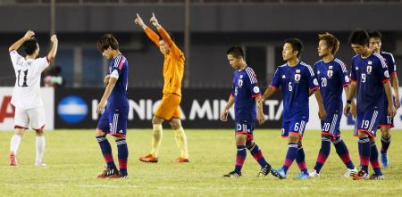 PK戦で北朝鮮に敗れ、引き揚げる日本。左から2人目は南野=ネピドー(ゲッティ=共同)