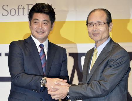 ソフトバンクの監督に就任し、王貞治球団会長(右)と握手する工藤公康氏(2014年11月1日、共同)